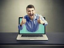 Uomo felice di grido uscito del computer portatile immagini stock libere da diritti