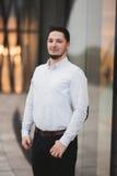 Uomo felice di lusso che posa sulla macchina fotografica Ritratto piacevole immagine stock libera da diritti