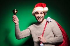Uomo felice di Santa che suona la sua piccola campana Fotografie Stock Libere da Diritti