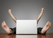 Uomo felice dietro il calcolatore Immagine Stock Libera da Diritti