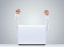 Uomo felice dietro il computer portatile Immagini Stock Libere da Diritti