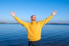 Uomo felice, durando con indifferenza, rilassandosi sulla spiaggia, sorridente e Immagini Stock Libere da Diritti