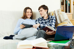Uomo felice e donna che preparano per gli esami Immagini Stock Libere da Diritti