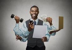 Uomo felice a funzioni multiple di affari sul fondo grigio della parete Fotografia Stock