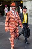 Uomo felice fuori della stazione della via del Flinders dopo Melbourne Cup Immagini Stock Libere da Diritti
