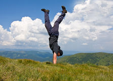 Uomo felice in montagne Immagine Stock Libera da Diritti