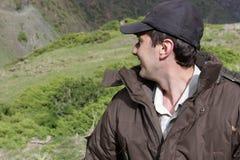 Uomo felice in montagne Fotografia Stock