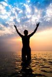 Uomo felice nell'acqua Fotografie Stock