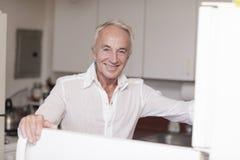 Uomo felice nella cucina Fotografia Stock