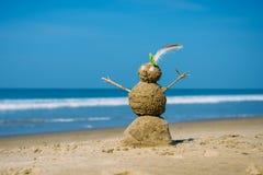 Uomo felice sabbioso sulla spiaggia del mare contro il cielo nuvoloso blu di estate - concetto di viaggio fotografie stock libere da diritti