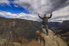 Uomo felice sulla cima di amountain Fotografie Stock
