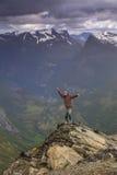 Uomo felice sulla cima di una montagna Immagini Stock