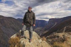 Uomo felice sulla cima di una montagna Fotografia Stock Libera da Diritti