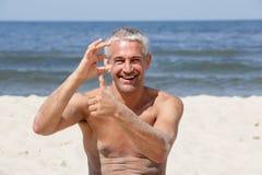 Uomo felice sulla spiaggia Fotografia Stock Libera da Diritti
