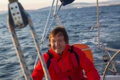 Uomo felice sulla sua barca a vela sport Fotografia Stock Libera da Diritti