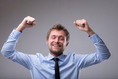 Uomo felice trionfante che incoraggia e che perfora l'aria Fotografia Stock Libera da Diritti