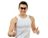 Uomo felice in una maglietta bianca con gli occhiali da sole Fotografia Stock Libera da Diritti