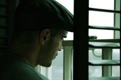 Uomo in finestra Fotografie Stock Libere da Diritti