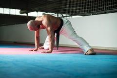 Uomo flessibile che allunga prima della formazione Fotografia Stock Libera da Diritti
