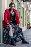 Uomo fluido di genere che mostra la sua gamba Fotografia Stock