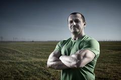 Uomo forte all'aperto vicino alla sua azienda agricola Fotografia Stock Libera da Diritti