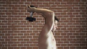 Uomo forte che fa esercizio con le teste di legno archivi video