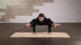 Uomo forte che fa gli esercizi di yoga archivi video