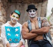 Uomo forte con il pagliaccio di Cirque Fotografia Stock Libera da Diritti