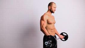 Uomo forte con la barra del peso video d archivio