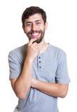 Uomo fortunato con la barba che esamina macchina fotografica Immagini Stock Libere da Diritti