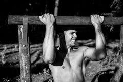 Uomo fotografato nella sessione di allenamento della via Immagine Stock