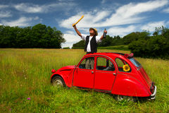 Uomo francese felice con pane e vino Fotografia Stock Libera da Diritti