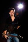 Uomo freddo con la chitarra elettrica Fotografia Stock Libera da Diritti