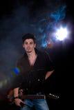 Uomo freddo con la chitarra elettrica Fotografie Stock Libere da Diritti