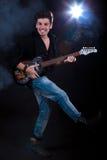 Uomo freddo con la chitarra elettrica Fotografia Stock