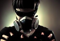 Uomo freddo nella mascherina protettiva Immagini Stock