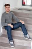 Uomo fresco casuale che si siede sulle scale Fotografia Stock Libera da Diritti