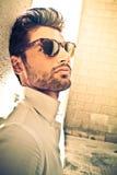 Uomo fresco e bello con gli occhiali da sole all'aperto Immagini Stock Libere da Diritti