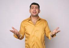 Uomo frustrato in camicia gialla isolata fotografie stock libere da diritti