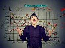 Uomo frustrato con il rapporto di prestazione di risultati finanziari fotografie stock