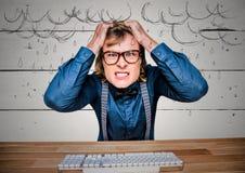 Uomo frustrato di affari allo scrittorio contro i grafici di legno bianchi della pioggia e del pannello Immagini Stock Libere da Diritti
