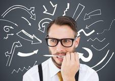 Uomo frustrato di affari con la penna in bocca contro fondo grigio ed i grafici bianchi della freccia Immagini Stock Libere da Diritti