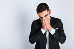 Uomo frustrato in studio su fondo bianco, stile di affari, alla moda, vestito fotografia stock libera da diritti