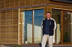 Uomo fuori di nuova casa di eco Fotografia Stock