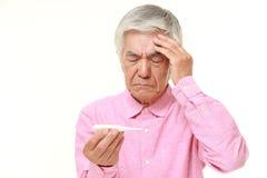 Uomo giapponese senior con febbre Fotografia Stock