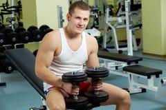 Uomo in ginnastica immagine stock libera da diritti