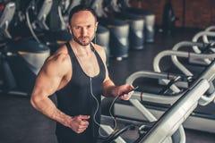 Uomo a ginnastica fotografie stock libere da diritti
