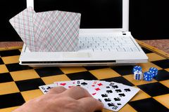 Uomo giocato con il computer in giochi da tavolo Immagine Stock