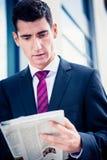 Uomo in giornale della lettura del vestito Fotografie Stock Libere da Diritti