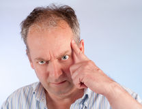 Uomo gli che chiede di pensare seriamente a qualcosa Fotografia Stock